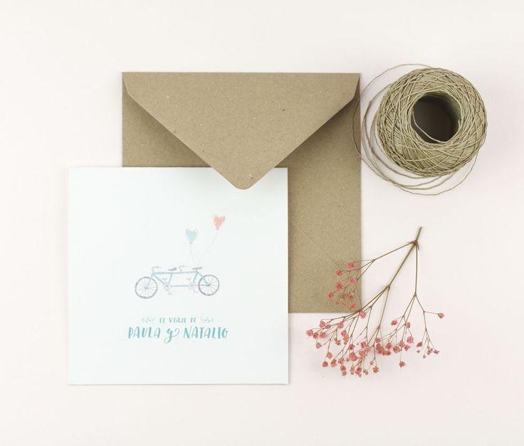 """¿Os gusta dar largos paseos en bici y disfrutar de esa sensación de calma y libertad que brinda la bicicleta? Si la respuesta es sí, la invitación de bodas """"Bici Lovers"""" está diseñada para novios románticos como vosotros. Un díptico de diseño limpio en el que destaca una ilustración de una bici tándem con dos globos atados al sillín junto a los nombres de los novios escrito en un hand lettering divertido y con mucha personalidad.    PRECIOS    50 invitaciones - 6,50€ /ud. 75 invitaciones…"""