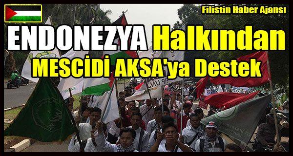 """Başkent Cakarta'nın merkezi Bunderan Hi meydanında buluşan Endonezyalı Müslümanlar, ellerindeki""""Özgür Filistin"""", """"Zalim İsrail""""ve""""Endonezya Filistin'in Yanında"""" yazılı dövizlerle tekbir getirerek İsrail aleyhine sloganlar attı.  Gösteri sırasında yapılan konuşmalarda, İsrail'in yaptığı ihlallere sessiz kalınmasına tepki gösterilirken, tüm Müslüman ülkelere birlik çağrısında bulunuldu."""