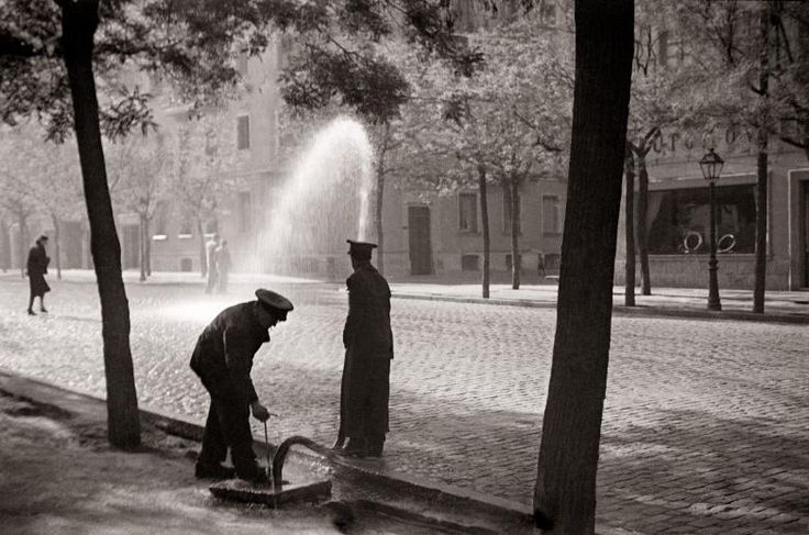 Madrid años 40: regando las calles Diego González Ragel Madrid, c. 1940