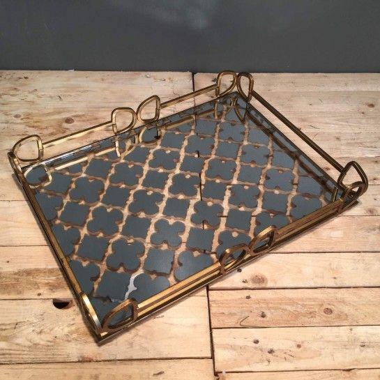 Εντυπωσιακός μεταλλικός ορθογώνιος δίσκος γάμου σε χρυσό χρώμα με ιδαίτερα σχέδια στο εσωτερικό από καθρέφτη και τα κενά που σχηματίζοντε από αυτά να είναι διαφανήγια να δημιουργήσετε το δικό σας ξεχωριστό σετ γάμου ή να διακοσμήσετε το χώρο σας. http://nedashop.gr/gamos/diskoi-gamoy/metallikos-xrysos-orthogonios-kathrefth?limit=90