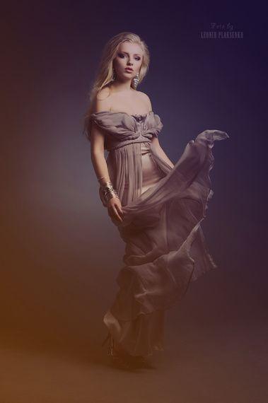 Вечернее платье для торжества со спущенными бретелями. Магазин свадебных товаров, город Москва. Раздел каталога: Наряды и украшения.