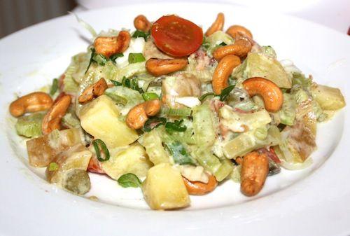 Lauwwarme aardappelsalade met katenspek en cashewnoten en een frisse dressing/ potato salad with bacon, cashew nuts and a creamy mustard dressing (recipe is in Dutch)
