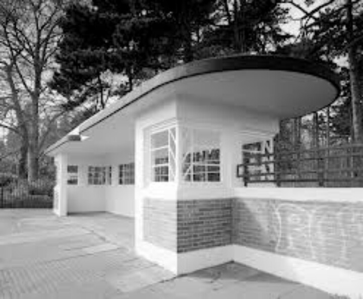Leicester Art Deco bus shelter