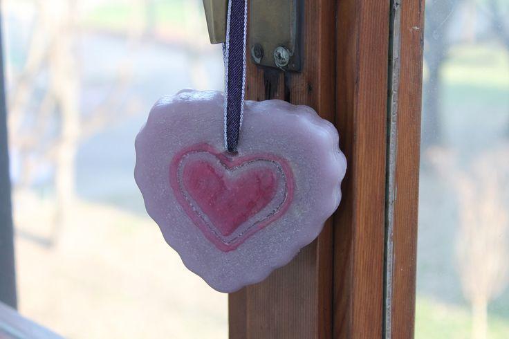https://flic.kr/p/CKFVQK | CORAZÓN VIOLETA PARA COLGARLO – HECHO DE CERA | Corazón violeta hecho de cera, con aceite 100% natural de menta; graneado lateralmente y decorado con detalles en 3D a mano alzada; tiene una cinta púrpura y plata para colgarlo. Ideal para todas las habitaciones y ocasiones. Tamaño: 100 x 90 mm.  Artesanal.  También en:  www.ilmiomondoincera.com