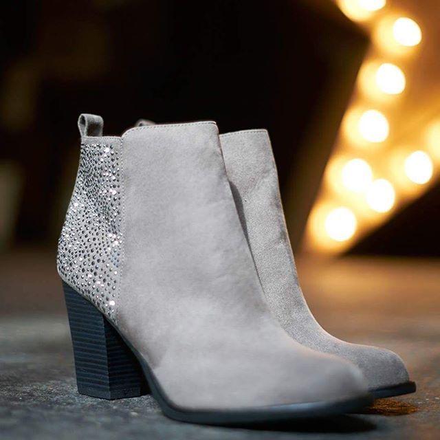 Passend zur Jahreszeit: etwas warmes und elegantes für den Fuß! Für 27,90 € statt 39,90 € bei #deichmann (Artikelnummer 1110248) #stiefeletten #instashoes #herbst #glamour #flatlay #flatlays #flatlayapp www.flat-lay.com