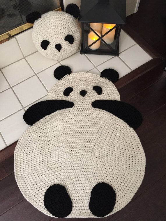 Que añadir alfombra Panda de ganchillo para nuestra colección y trae cálidas sonrisas y hace encantador acento en cualquier habitación!  Ahora es un tamaño más grande. 32 altura y 25 ancho.  Usted puede pedir el tamaño de tu deseo  Nuestra original diseño y patrón © Copyright 2010
