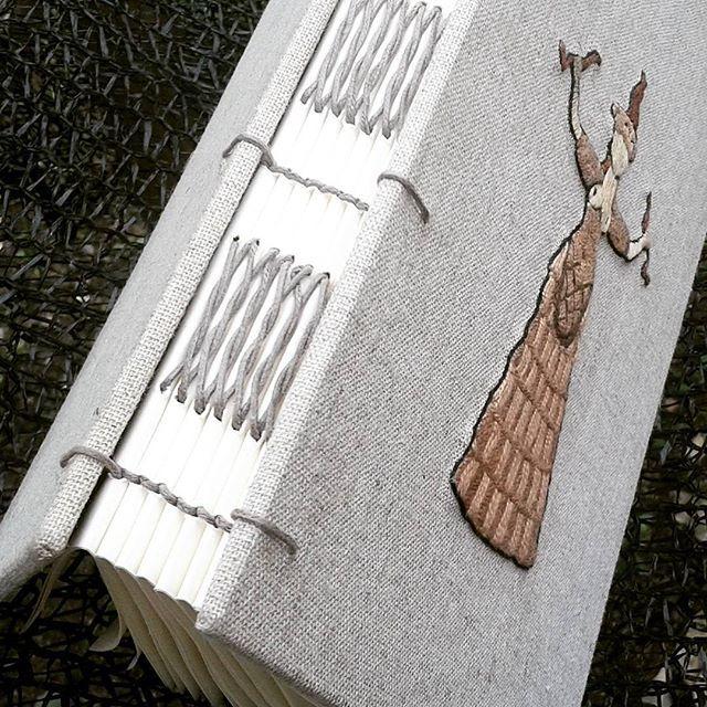 uma paixão: linho  livro personalizado capa em linho deusa minoica bordada costura copta + francesa 96 folhas marfim  #handmade #matilda #bookbinding #bookbinder #handmadebook #bordadoamão #embroidery #bordado #artesanato #artesanatomineiro #matildalivros #bordadoamão #deusaminoica #arteminoica