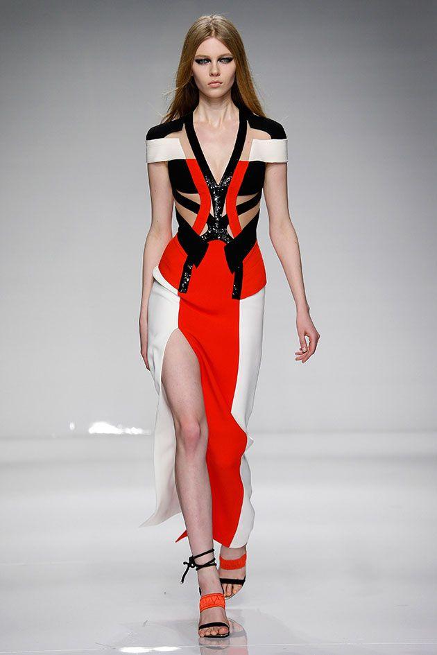 Nessa primavera-verão 2016, Donatella Versace traz elementos esportivos como decotes, cores e até equipamento de escalada pros looks da Atelier Versace.