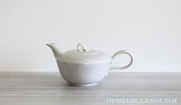 Gorgeously sleek vintage Homer Laughlin Jubilee tea pot. Beautiful light grey glaze and mid century styling. The Jubilee line is highly sought after and is considered very collectable.