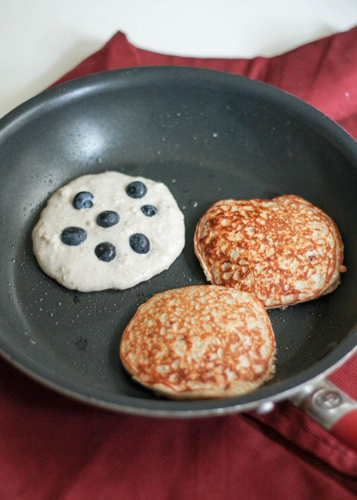 Pancakes made in the blender with oatmeal, yogurt, banana and an egg! Easy to make, filling and 13g of protein per serving!