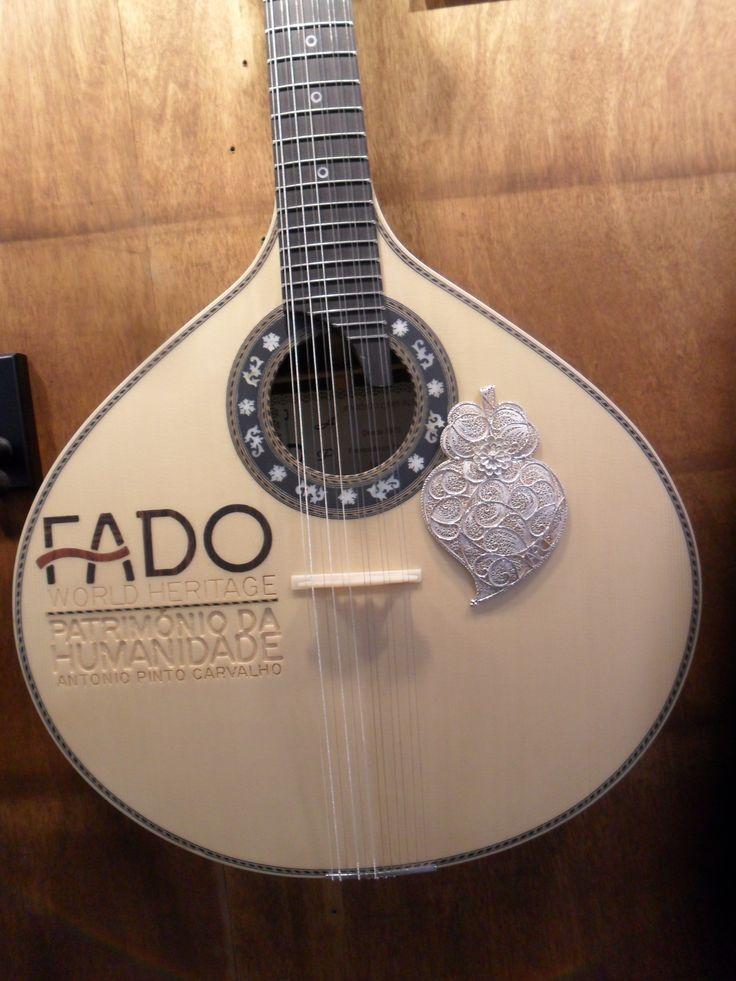 """Guitarra portuguesa à venda na """"Casa da Guitarra"""" no Porto."""