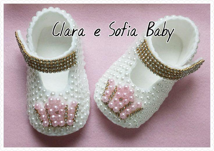 Customizando com pérolas sapatinho boneca em feltro para bebês