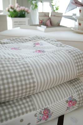 The simplicity and quiet colours make this a very calming quilt