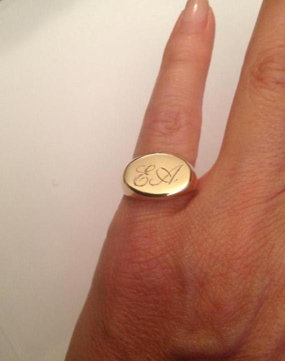 Anillo Pinky, anillo grabado, anillo inicial, personalizado anillo, anillo de Signet de Pinky. Anillo de Signet grabado con Oval sello - mejor calidad 24k oro Tenga en cuenta en las notas al vendedor al finalizar la compra. : * indicar el tamaño de su anillo * carta que desea Appset-QT El producto llega a usted embalado en caja de regalo y Sobres acolchados para mantener el producto Nuestras joyas son resistentes al agua y viene con 1 año de garantía **************************************...