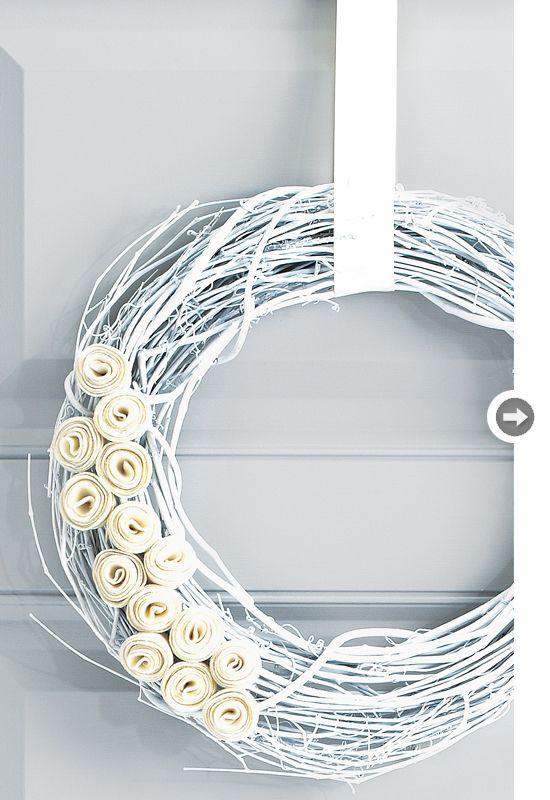 {DIY flowery wreath - so simple, so stunning}Christmas Diy, Holiday Wreaths, Flowery Wreaths, Grapevine Wreath, White Christmas, Felt Flower, Christmas Ideas, Diy Flowery, Winter Wreaths
