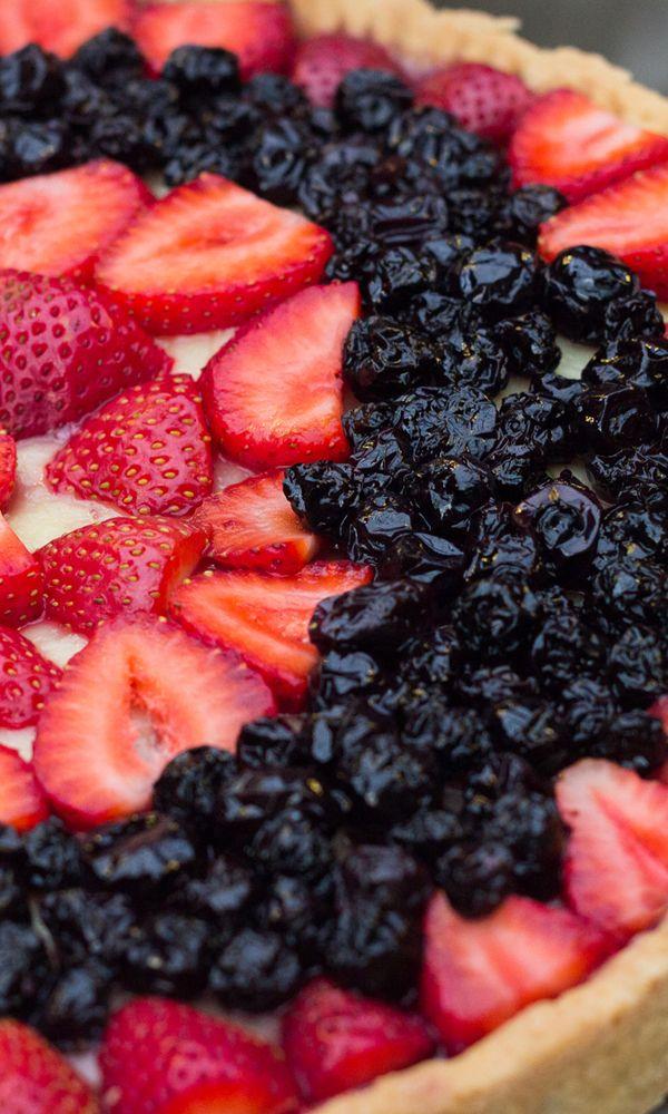 Tartaleta de frutillas con arándanos, sobre crema pastelera. #tartaleta #frutillas #arandanos #postres
