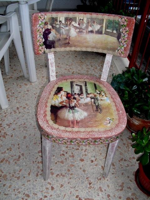 Sedia decoupage con tecnica shabby fiori in pizzo for Decorare sedia legno