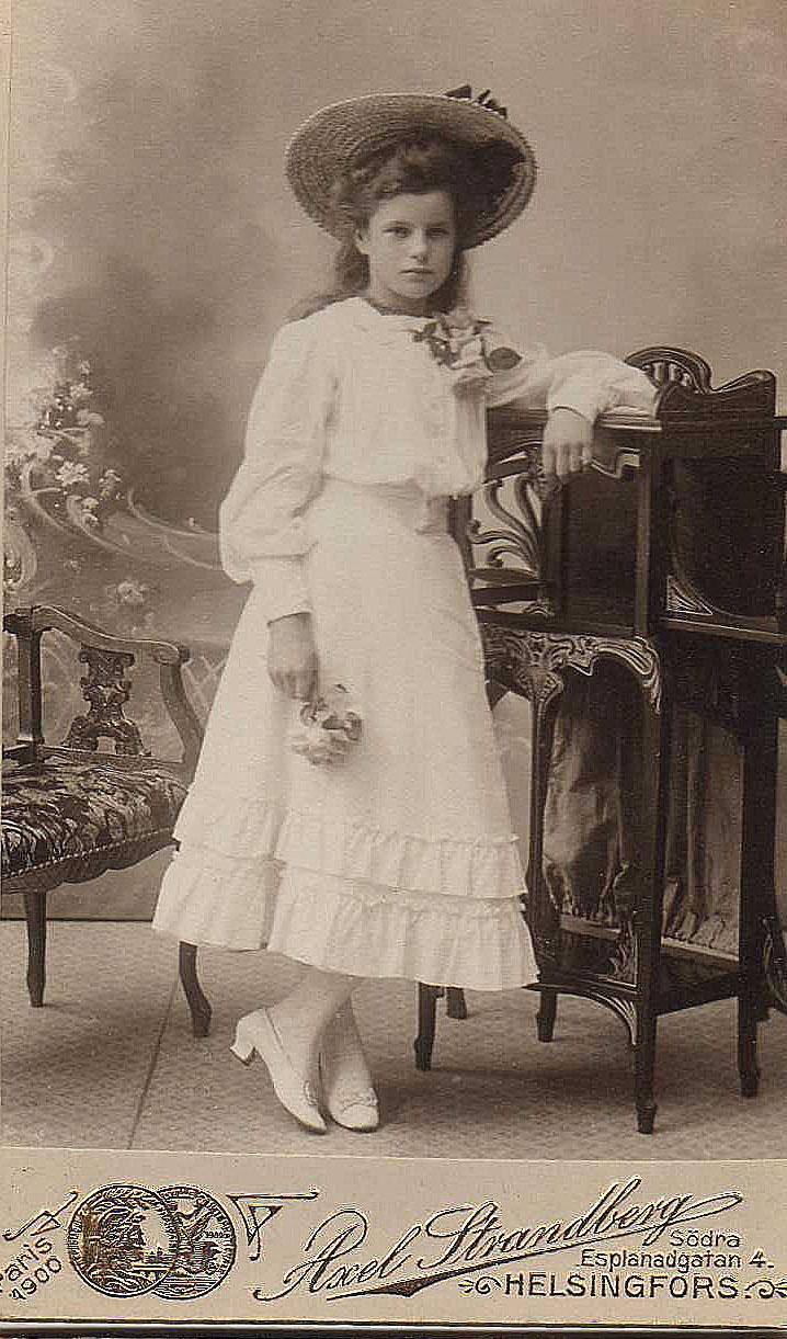 Beautiful teenager girl ca 1900