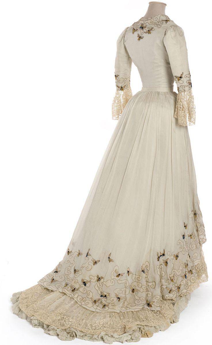 Robe du soir Doucet, Paris, 1900-1905    Mousseline, broderie de filé or, chenille et strass, dentelle à l'aiguille