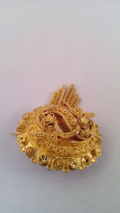 Online veilinghuis Catawiki: Scheveningse sieradendracht - 14krt gouden broche  - 2e helft 19e eeuw