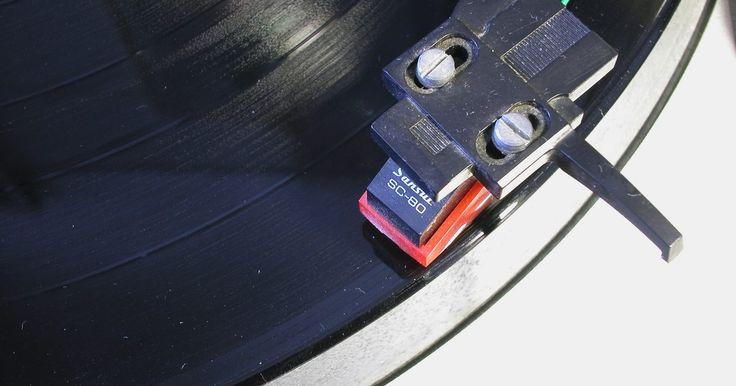 Cómo agregar un tocadiscos a un equipo estéreo. Los tocadiscos y los discos de vinilo están disfrutando de un impulso de popularidad que les ha salvado de la extinción después de casi haber seguido el camino condenado al fracaso de la cinta de audio. Conectar un tocadiscos a un equipo estéreo moderno requiere de una entrada de fono o un dispositivo preamplificador que convierta la señal en ...