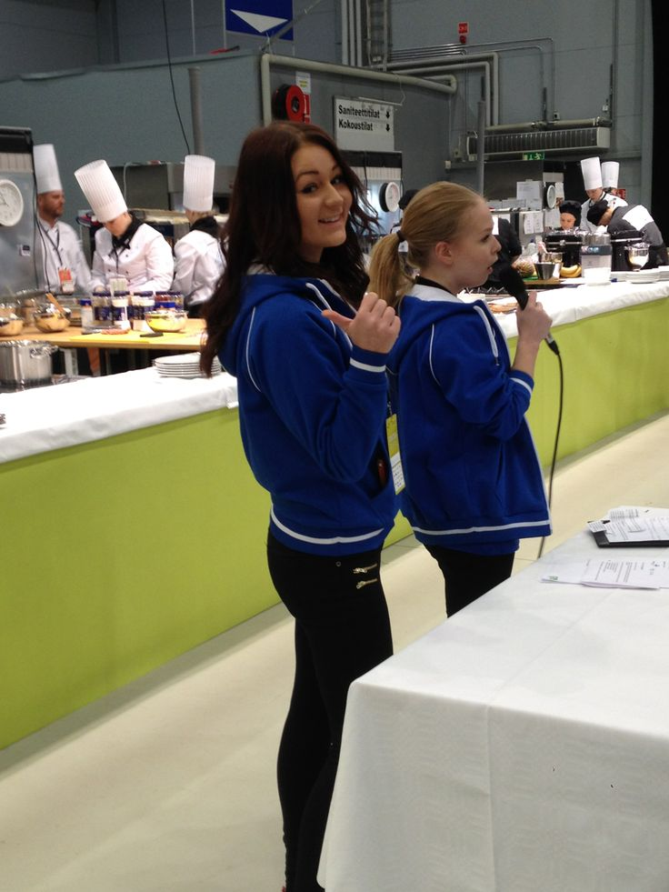 Iitu Nurminen ja Roosa Riomaa (ensimmäisen vuoden opiskelijoita) toimivat lajioppaina catering-kokki pisteellä. Heitä jännitti hieman, mutta tytöt pärjäsivät loistavasti! Iitu ja Roosa kertoivat että pisteellä oli paljon ihmisiä koko ajan mutta ovat innoissaan saadessaan kokemusta. Heillä on ollut hauskaa.