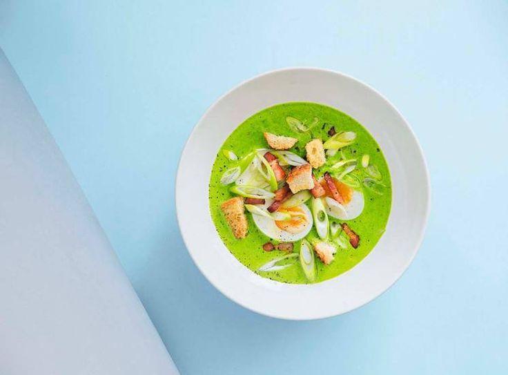 God treningsmat: Oppskrift på spinatsuppe med nykokt egg og sprøtt bacon av Jonas Lundgren.#treningsmat #suntoggodt