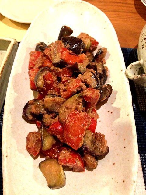 ニンニクも入っているから、味醂粕を加えて炒めただけで美味しい中華風の炒め物が完成〜!ナスは塩もみして水気を絞ってから炒めると、少ない油でトロッと美味しく火が入りますよ〜! - 24件のもぐもぐ - マクロビオティック・バーニャカウダを使って、茄子とパプリカの味噌炒め! by よっちゃん