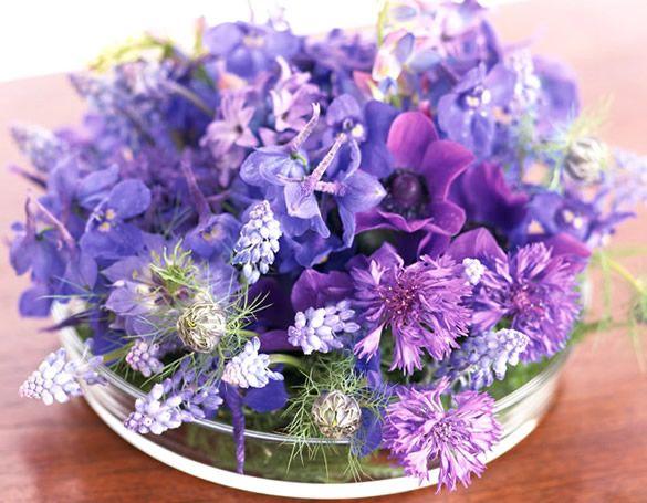 Arranjo de flores roxa sobre a mesa