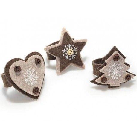 Segnaposto/portatovagliolo natalizio in feltro decorato marrone e beige con bottoni. Disponible in 3 modelli: pino, cuore e stella.Dimensioni: cm 7,5 x 5 x 6,5 H; portatovagliolo: Ø 5 - Apribili con velcro 1pz
