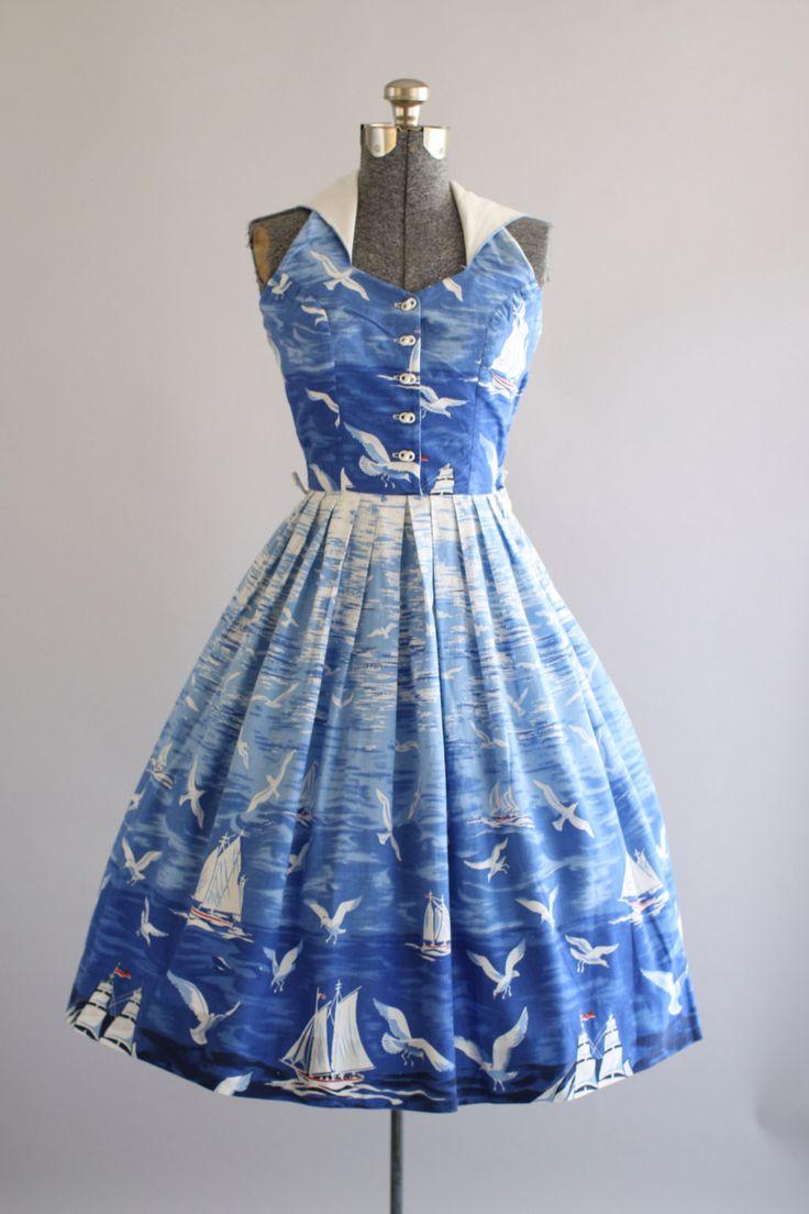 Deze jaren 1950 Sue Mason Jr door Saba katoenen jurk beschikt over een prachtige zeilboot en een zeemeeuw nieuwigheid afdrukken. Halster stijl die achter nek knoppen. Knoppen naar beneden front bodice. Gesmoord taille. Volledige geplooide rok. Metalen rits kant van de jurk. Zeer goede vintage staat. Houd er rekening mee: petticoat gedragen onder rok voor toegevoegd volheid. Dit stuk is schoongemaakt en is klaar om te dragen!  Label Sue Mason Jr door Saba van Californië Katoen stof Geschatte…