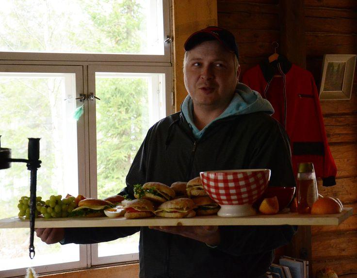 Isäntä ja aamiaistarjotin ohrauunipuuroineen ja vastapaistettuine sämpylöineen