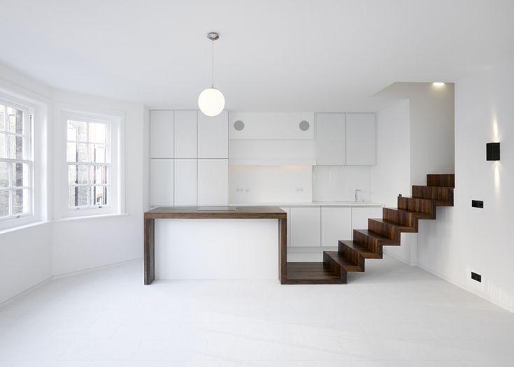 Donker walnoot hout gecombineerd met wit in dit gerenoveerde appartement in Londen, door KHBT #architectuur #interior