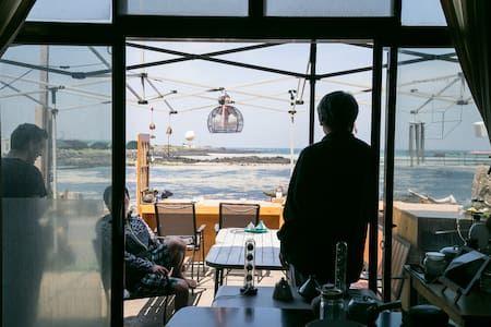 이렇게 멋진 에어비앤비 숙소를 확인해보세요: Sea Bar Guesthouse - Jochon-eup, Jeju-si의 단독주택에서 살아보기: sea bar guesthouse, 제주도 게스트하우스 후기