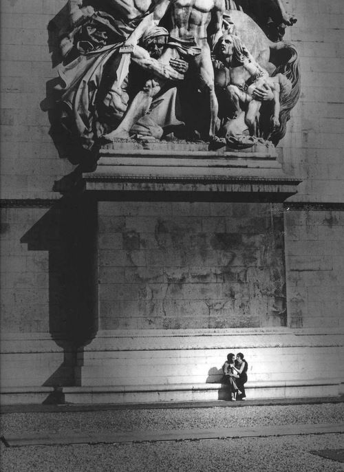 Robert Doisneau (1912 - 1994) - Face Ouest de l'Arc de Triomphe, Paris, 1974