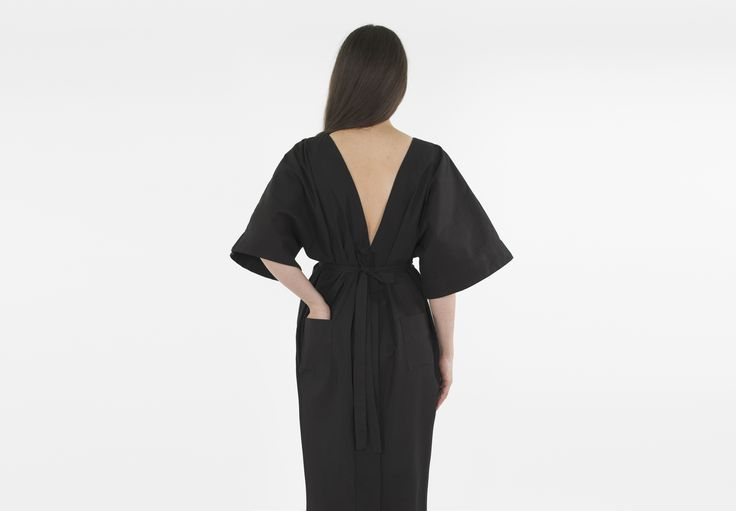 Mother's robe, the robe wears itself backwards, with or without a cord, buttoned or unbuttoned.