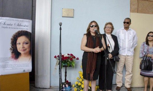 Develan en La Habana una tarja en homenaje a Sonia Silvestre