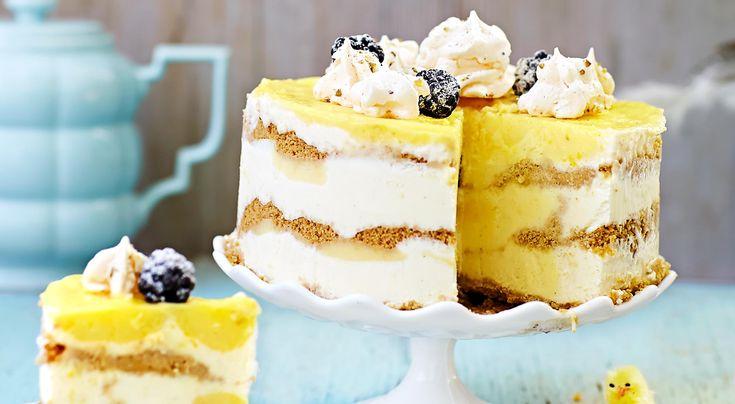 Recept på glasstårta med lemoncurd och pistaschmaränger. Underbart god frozen cheesecake. Använd färdigköpta maränger om du vill ta en genväg.