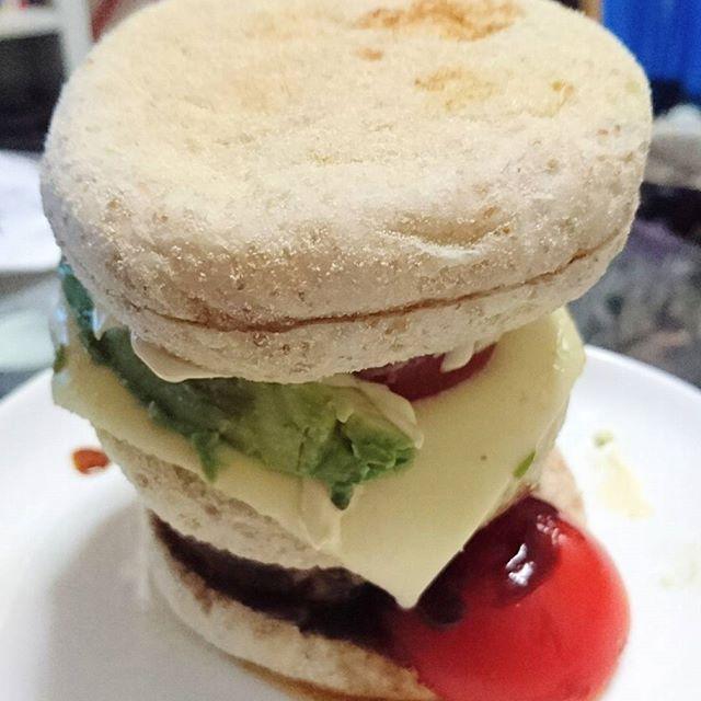 自炊ですよ❗ 手で押し込みながら食べる新しいタイプのハンバーガーですよ❗  我ながらヒドイ😬  #dinner#hamburger#hamburg#tomato#cheese#japan#japanesefood#food#foodporn#foodie#foodgasm#foodstagram#instafood#写真#ハンバーガー#チーズ#アボカド#トマト#パン#料理#手料理#手作り#ひどい#夕食#ごはん#汚い#下手くそ#肉#お肉#ごちそうさまでした