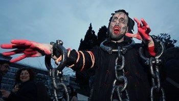 """""""Ζόμπι"""" περικύκλωσαν τη Βουλή - ΦΩΤΟ   Από μασκαράδες ντυμένους ζόμπι γέμισε το Σάββατο η Πλατεία Συντάγματος η Ερμού και το Θησείο στο πλαίσιο της εκδήλωσης Zombie Athens Walk... from ΡΟΗ ΕΙΔΗΣΕΩΝ enikos.gr http://ift.tt/2lIpOBb ΡΟΗ ΕΙΔΗΣΕΩΝ enikos.gr"""