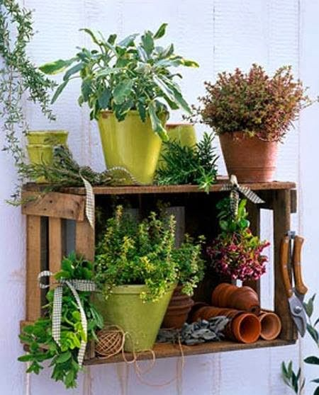 WABI SABI - simple, organic living from a Scandinavian Perspective.: DIY: Simple pallet storage for herbs Rooftop Garden, Balcony Garden, Herb Garden, Indoor Garden, Garden Art, Indoor Plants, Outdoor Gardens, Garden Design, Home And Garden