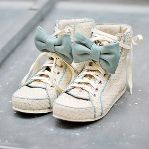 cute! next time I get a pair of little vans or something, I'm adding bows to them.