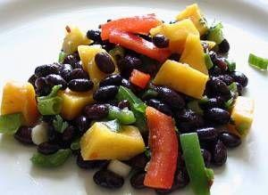 insalata di fagioli neri mango feta e peperoni