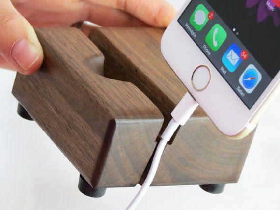 Questo iPhone 5, 6, 6s Docking Station è realizzato in noce canaletto. È dotato di splendidi modelli di colori noce chiaro e scuro e aspra bellezza. Questi gadget sofisticati e di classe cattura locchio di tutti in qualsiasi ufficio o a casa. Il taglio per iPhone 5C, 5S, 6, 6s è fatto ad un angolo di 10 gradi, perfetto per la maggior parte dei dispositivi di telefonia mobile e progettato per una visibilità ottimale dello schermo su qualsiasi superficie piana o una scrivania. Sul lato destro…