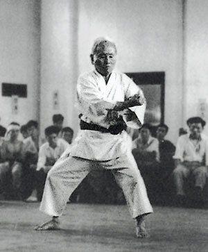 ESFUERZO El estudiante de Karate debe entrenar con un esfuerzo sostenido, continuo y persistente. Especialmente en Kihon, donde se repiten continuamente las técnicas, un esfuerzo tenaz permite apre…