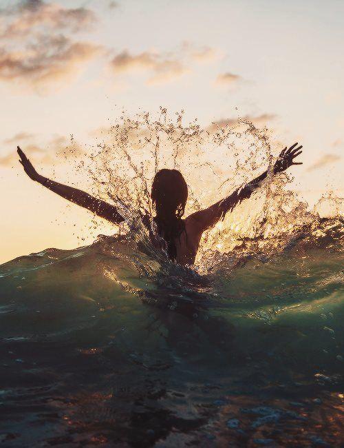 Paz sentimos al estar dentro del mar. Se que es la presencia del Señor morando sobre nosotros y dejándonos disfrutar de sus maravillas. Creyentes o no creyentes, todos disfrutamos de esos momentos. Así podemos darnos cuenta de que el amor de Dios no varia. Es el mismo para todos. A cada uno nos ama con la misma intensidad.  La diferencia esta en quien quiere verlo y vivir junto a el. Yo se que quiero y es lo que me llena.