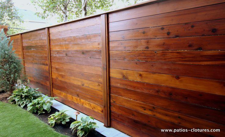 Un bel exemple de clôture faite de planches à l'horizontale. C'est beau et intime. Patios et clôtures Beaulieu. (Clôture horizontale en bois de cèdre Émond 2)