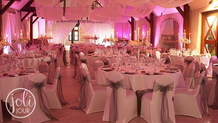 JOLI JOUR // Décoration de mariage blanc et gris argenté - Housses de chaise et grands chandeliers blancs en location www.joli-jour.fr