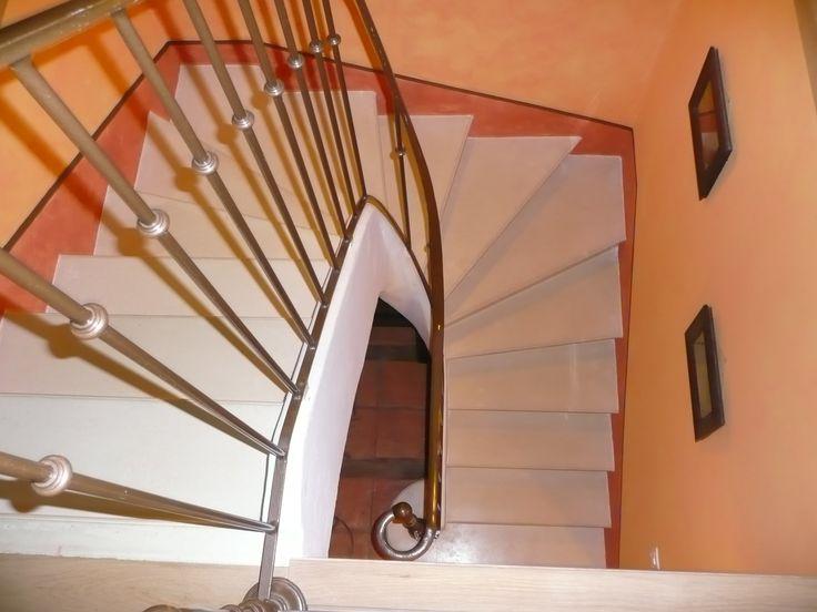 L'escalier béton teinté est un escalier teinté dans la masse. Ce type d'escalier permet de s'adapter dans un environnement moderne ou classique.
