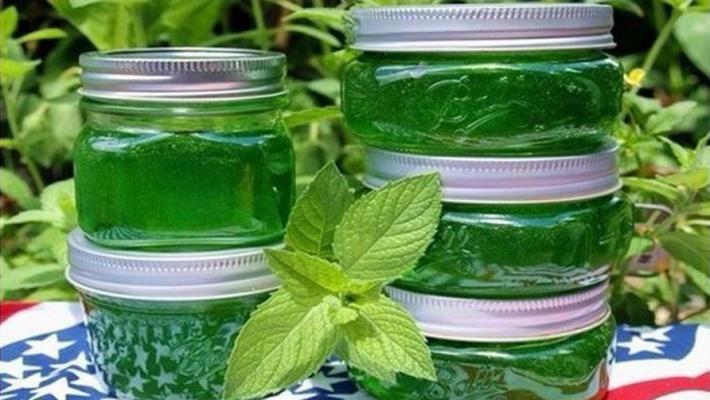 Nicio dulceață nu este mai folositoare decât cea preparată personal. Pregătiți dulceața din mentă proaspătă, ca să vă bucurați de gustul ei nemaipomenit în timp ce savurați o ceașcă de ceai! INGREDIENTE: 250 g de mentă; un kg de zahăr; 2 lămâi; 500 ml de apă. MOD DE PREPARARE: Spălați, uscați și tăiați mărunt frunzele și tulpinile de mentă. Mărunțiți lămâile fără să le îndepărtați coaja. Puneți aceste ingrediente și apa într-o cratiță, fierbeți-le timp de 10 minute și lăsați-le să se…